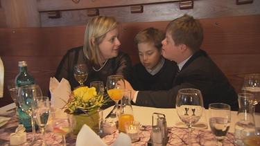 Susanne mit ihren zwei Söhnen bei der Kofirmationsfeier